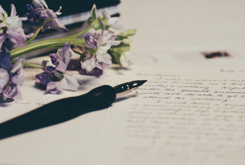 Federhalter auf Papier mit Lavendelblüten